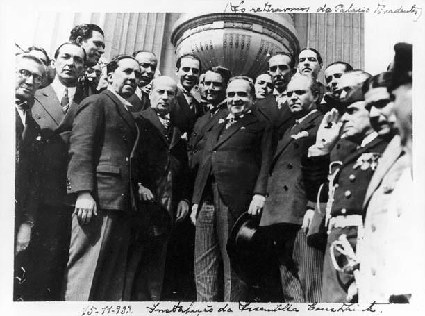 Getúlio vargas e Antunes Maciel, entre outros, por ocasião da instalação da Assembléia Nacional Constituinte. Rio de Janeiro, 15 de novembro de 1933. FGV/CPDOC. Arq. Antunes Maciel.