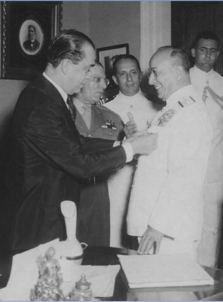 Juscelino Kubitschek condecora Antônio Alves Câmara com a medalha naval. Rio de Janeiro, 29 de julho de 1958. Arquivo Público do Estado de São Paulo/Última Hora.
