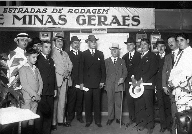 Antônio Carlos Ribeiro de Andrada (ao centro), entre outros, em exposição. Belo Horizonte, 13 de maio de 1928. FGV/CPDOC, Arq. Antônio Carlos Ribeiro de Andrada.