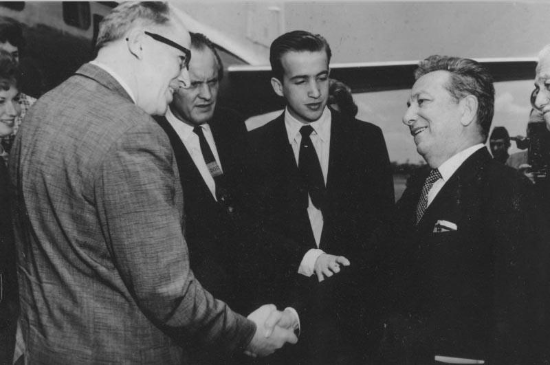 Antônio de Barros Carvalho recebe secretário de Adricultura do EUA, Ezra Benson. Brasília, 4 de janeiro de 1956. Arquivo Público do Estado de São Paulo/Última Hora.
