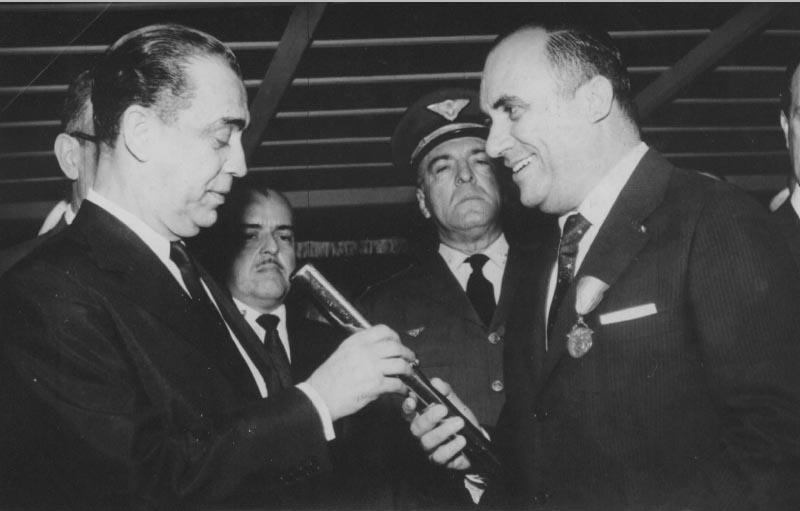 Armando Falcão entrega a Juscelino Kubitshek as insígnias da medalha D. João VI. S.I., 15 de outubro de 1959. Arquivo Público do Estado de São Paulo/Última Hora.