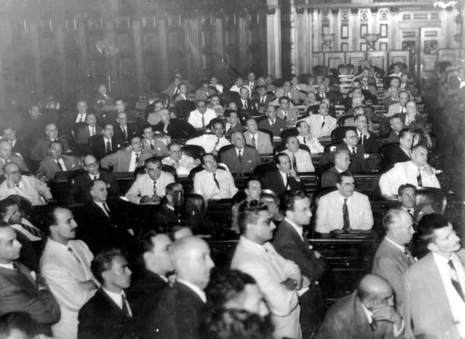Agamenon Magalhães, Gustavo Capanema, Benedito Valadares, José Maria Alkmin e outros durante os trabalhos da Assembléia Constituinte de 1946, no Rio de Janeiro. FGV/CPDOC. Arq. Agamenon Magalhães.