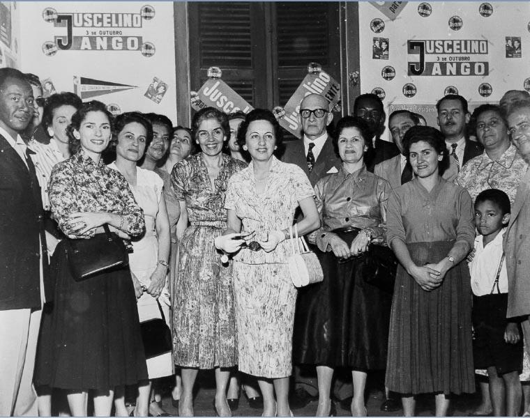 Sarah Kubitschek (ao centro) e Maria Luiza do Amaral Peixoto (à sua esquerda), entre outros, no comitê feminino da Gávea durante a campanha presidencial de Juscelino Kubitsheck. Rio de Janeiro, entre 10 de fevereiro e setembro de 1955. FGV/CPDOC. Arq. Augusto do Amaral Peixoto.
