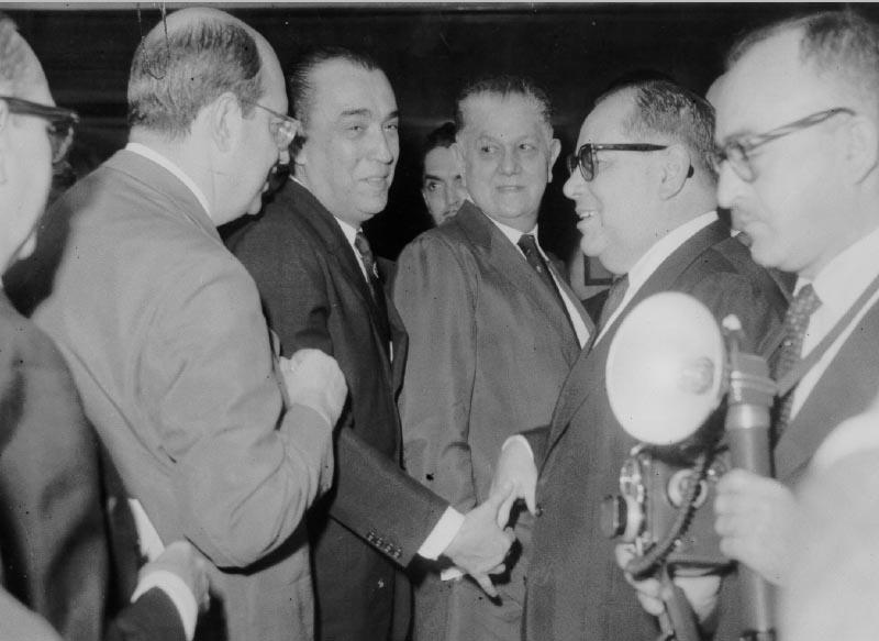 Juscelino Kubitsheck ladeado por San Tiago Dantas, Benedito Valadares e Ernâni do Amaral Peixoto durante campanha à presidência da República. S.I., 1955. FGV/CPDOC. Arq. Ernâni do Amaral Peixoto.