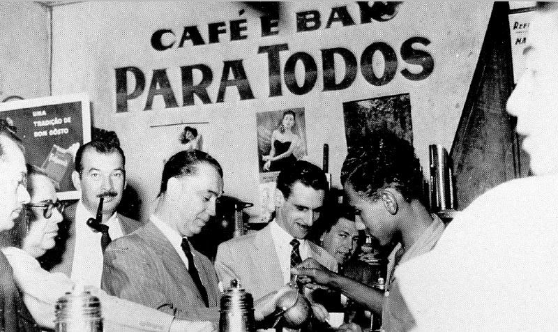 Juscelino Kubitsheck durante a campanha presidencial, com Ernani do Amaral Peixoto (2° esq.), Osmar Moreno (3°) e Paulo Fernandes (5°). Barra do Piraí (RJ), maio de 1955. Arquivo Público do Estado de São Paulo/Última Hora.