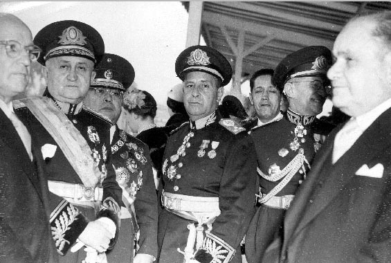 Cristiano Machado (1° da esq.), Eurico Gaspar Dutra (2°) e Canrobert Pereira da Costa(4°) durante parada militar. Rio de Janeiro, 7 de setembro de 1950. FGV/CPDOC, Arq. Cristiano Machado.