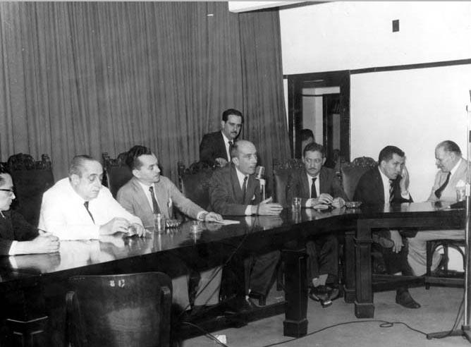 Carlos Cirilo Júnior (2° da esq.), Ulisses Guimarães (4°) e Horácio Lafer (7°) entre outros. S.I., década de 1950. FGV/CPDOC, Arq. Ulisses Guimarães.