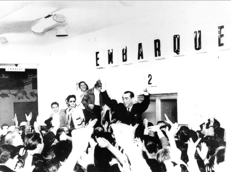 Partida de Juscelino Kubitsheck para a Europa após a cassação de seu mandato. S.I., 14 de junho de 1964. Arquivo Nacional.