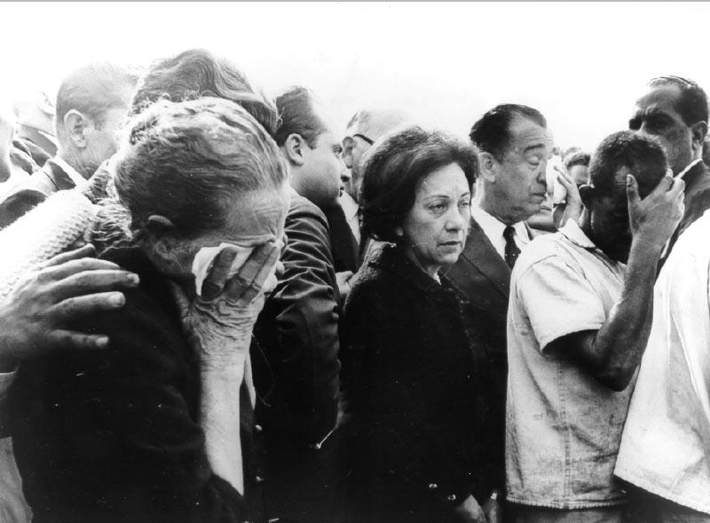 Juscelino Kubitsheck e sua esposa Sarah no enterro da irmã, Naná. S.I, 13 de junho de 1966. Arquivo Nacional.