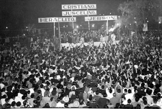 Cristiano Machado e outros durante a campanha presidencial em Minas Gerais. Belo Horizonte, entre junho e outubro de 1950. FGV/CPDOC. Arq. Cristiano Machado.
