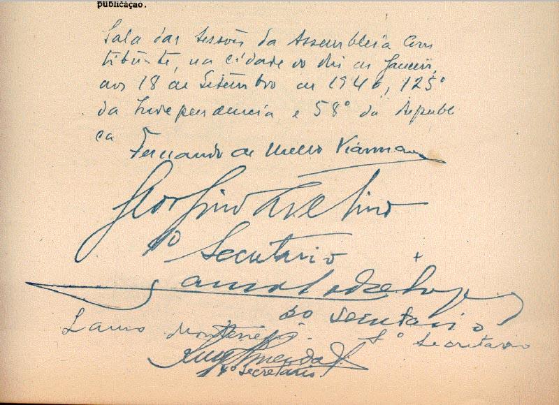 Assinatura de Juscelino Kubitsheck e de outros constituintes no texto da Constituição promuldaga em 18 de setembro de 1946. Extraído de edição fac-símile da Constituição Federal de 1946. Biblioteca FGV.