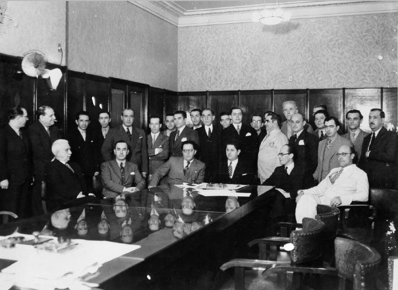 Juscelino Kubitsheck (ao fundo), Benedito Valadares (na cabeceira da mesa), Gustavo Capanema (à sua esq.) e outros políticos situacionistas mineiros em reunião no Banco Mineiro do Café. Minas Gerais, 1 de setembro de 1936. FGV/CPDOC. Arq. Gustavo Capanema.