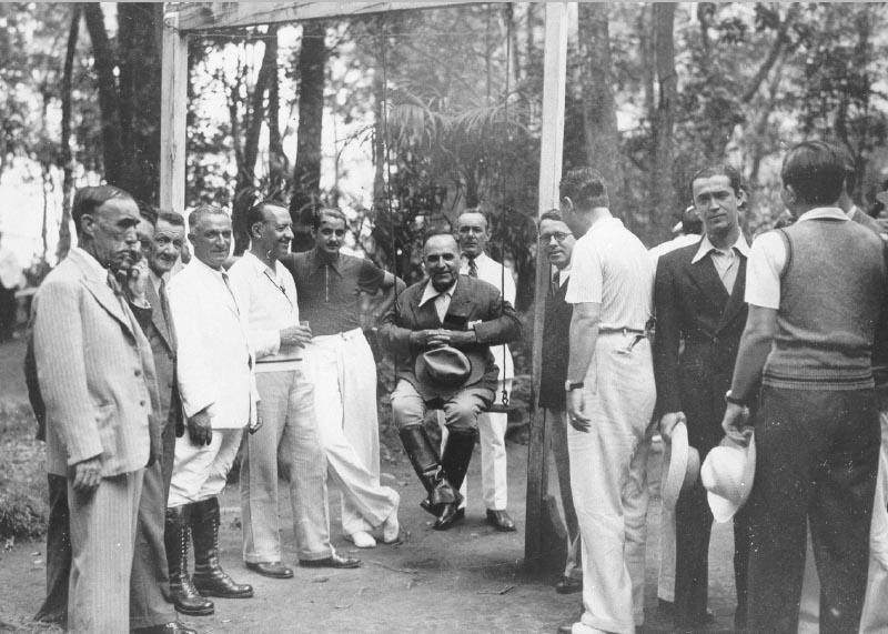 Getúlio Vargas (sentado0 e Juscelino Kubitsheck (de frente, no canto dir.), entre outros. Poços de Caldas (MG), entre fevereiro e março de 1937. FGV/CPDOC. Arq. Getúlio Vargas.