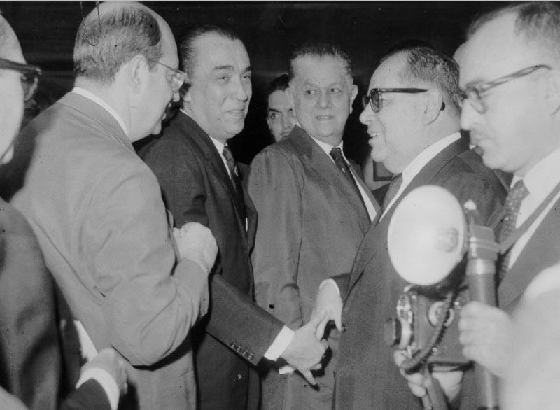 San Tiago Dantas, Juscelino Kubitsheck, Benedito Valadares, Ernani do Amaral Peixoto durante campanha de Kubitsheck para a presidência da República. S.I., 1955. FGV/CPDOC, Arq. Ernani do Amaral Peixoto.