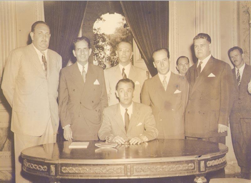 O governador Juscelino Kubitsheck e seus secretários, entre eles Geraldo Starling Soares (1° da esq.) e José Maria Alkmin (4°). Minas Gerais, entre 1951 e 1955. Memorial JK.