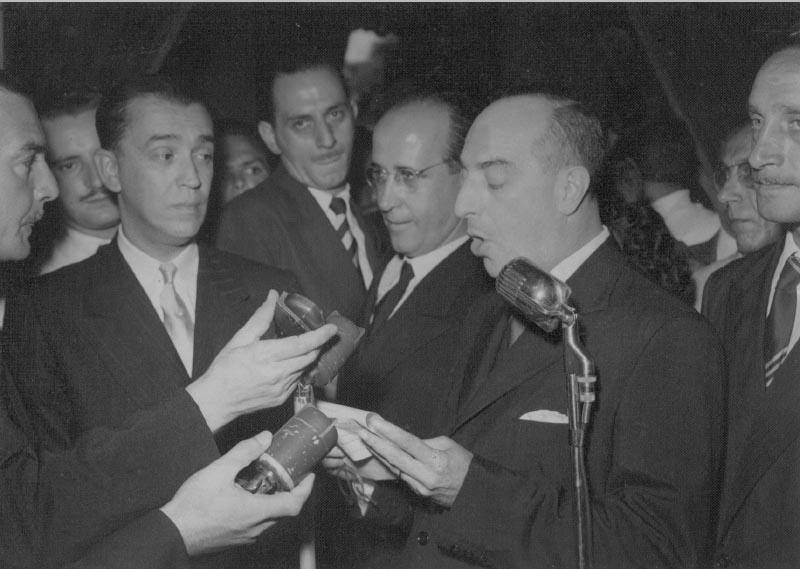 Milton Campos discursa durante transmissão do cargo de governador de Minas Gerais a Juscelino Kubitsheck. Belo Horizonte, 31 de janeito de 1951. Memorial JK