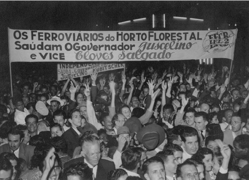 Ferroviários saúdam o governador Juscelino Kubitsheck. S.I., entre 1951 e 1955. Memorial JK.
