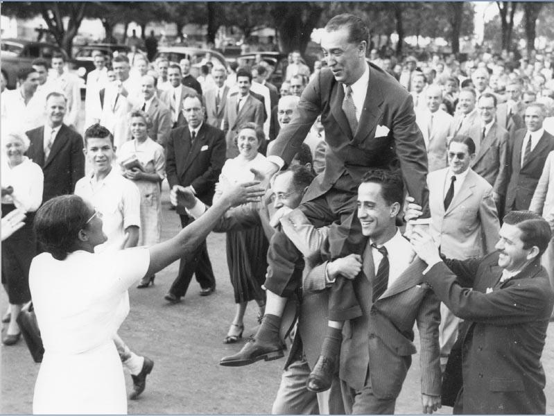 Juscelino Kubitsheck é aclamado no dia de sua posse no governo de Minas Gerais. Belo Horizonte, 31 de janeiro de 1951. Memorial JK.