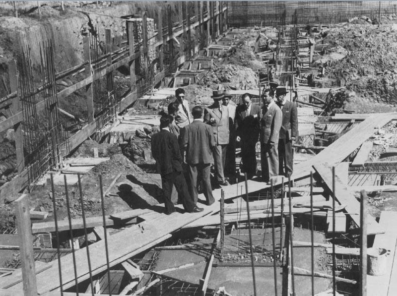 O prefeito Juscelino Kubitsheck e Oscar Niemeyer visitam as obras de construção do conjunto da Pampulha. Belo Horizonte, s.d. Memorial JK.