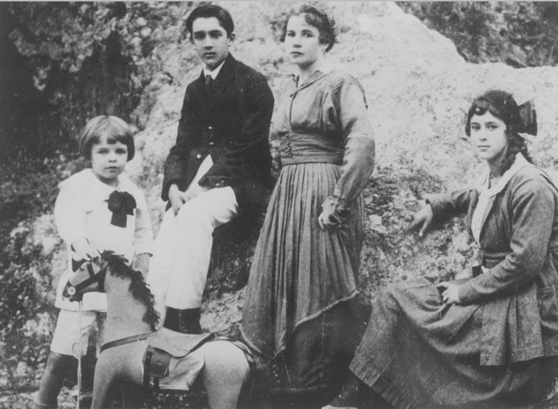 Juscelino Kubitsheck e sua irmã Naná, ladeados pelos amigos Nilton e Dolores Vasconcelos. Minas Gerais, s.d. Memorial JK.