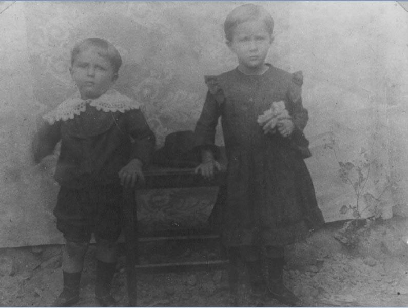 Juscelino Kubitsheck e sua irmã Naná. Minas Gerais, 1905? Memorial JK.