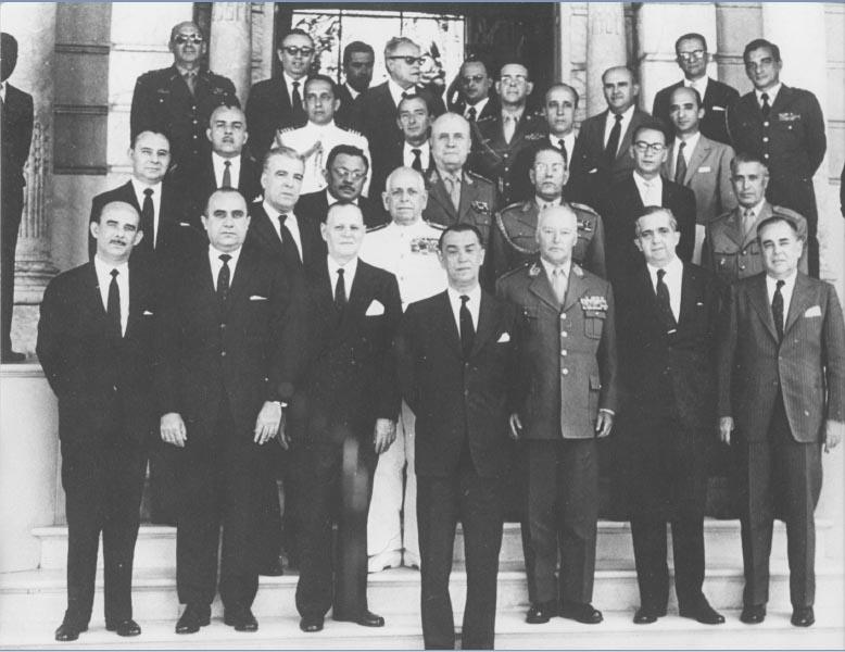 Juscelino Kubitsheck, entre seus ministros e colaboradores, no Palácio das Laranjeiras. Rio de Janeiro, 30 de dezembro de 1959. Memorial JK.