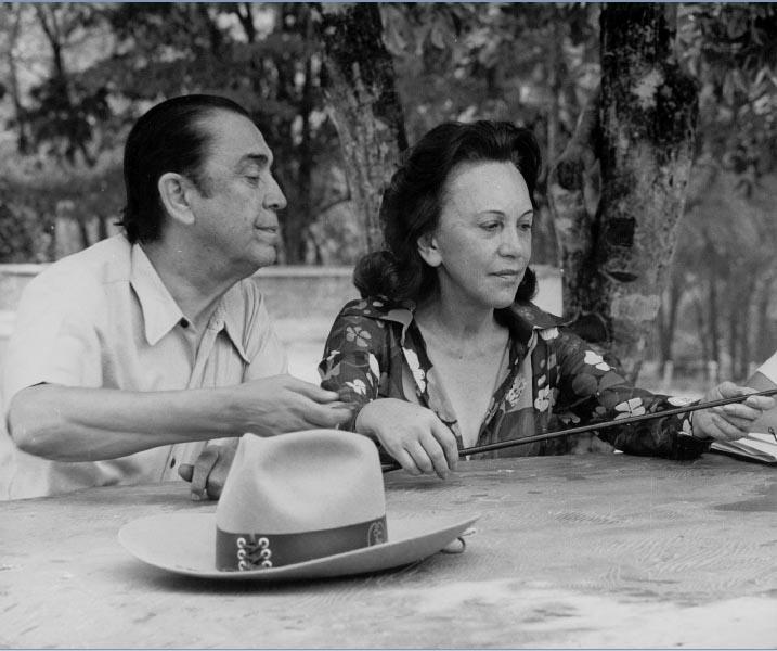 Juscelino e Sarah Kubitsheck na fazenda. Luziânia (GO), 21 de junho de 1976 ?. Memorial JK.