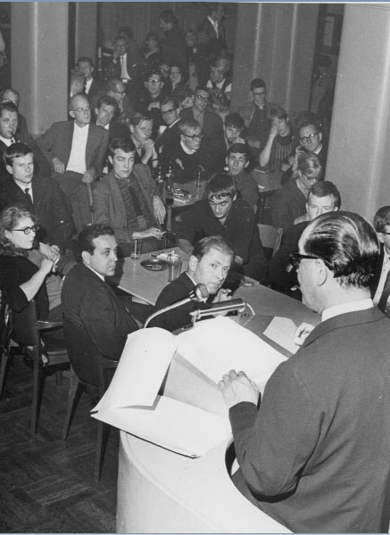 Juscelino Kubitsheck profere palestra no exterior durante o exílio. S.I., s.d.. Memorial JK.