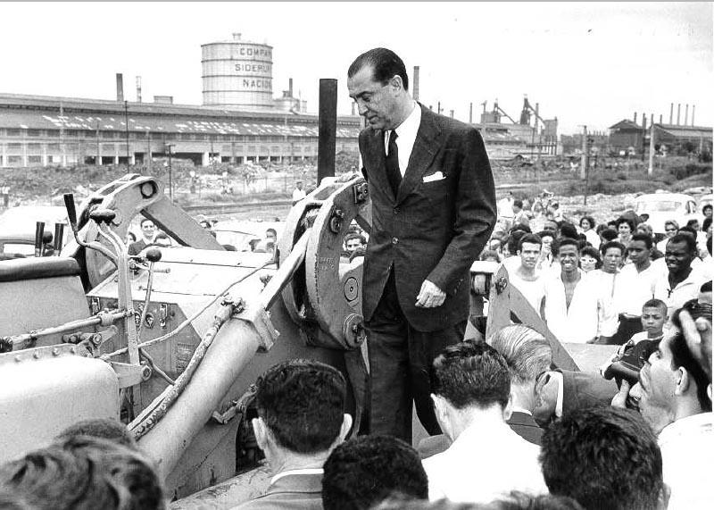 Juscelino Kubitsheck durante visita à Campanhia Siderúrgica Nacional (CSN). Volta Redonda (RJ), 3 de fevereiro de 1956. Arquivo CSN.