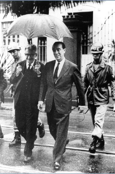 Juscelino Kubitsheckdeixa o 1° Batalhão de Polícia do Exército com o advogado Sobral Pinto. Rio de Janeiro, outubro de 1965. Arquivo Nacional.