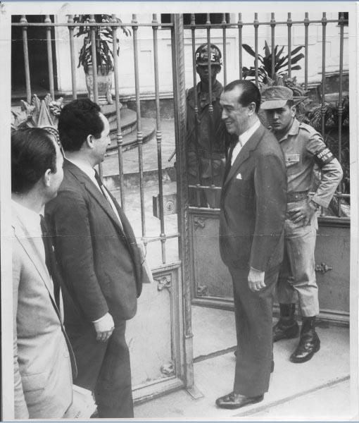 Juscelino Kubitsheck no 1° Batalhão de Polícia do Exército, onde presta depoimento. Rio de Janeiro, outubro de 1965. Arquivo Público do Estado de São Paulo/Última Hora.