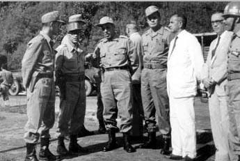 Antônio Carlos Muricy (3°, da esq.), entre outros, comanda o destacamento Tiradentes por ocasião do golpe militar. S.I., 31 de março de 1964. FGV/CPDOC, Arq. Antônio Carlos Muricy.