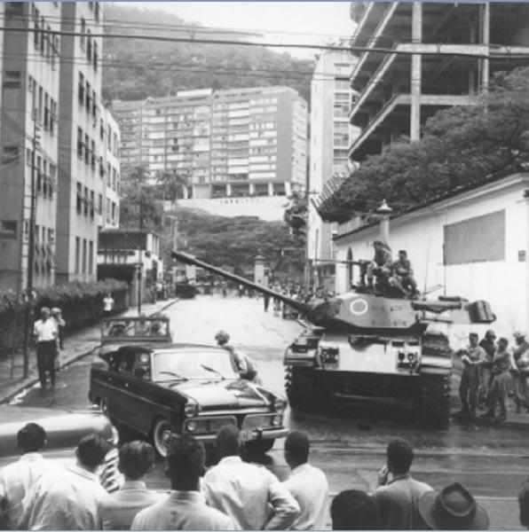 Tropas nas proximidades do palácio Laranjeiras, residência presidencial, durante o golpe de 31 de março de 1964. Rio de Janeiro. Revista Manchete.