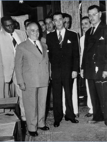 Getúlio Vargas, Juscelino Kubitsheck, Danton Coelho (atrás de Kubitsheck) e Gregório Fortunato (no canto esq.), entre outros. S.I., 1951. FGV/CPDOC. Arq. Getúlio Vargas.