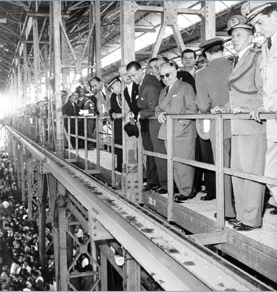 Getúlio vargas e Juscelino Kubitsheck, entre outros, durante a inauguração da Mannesmann, em Contagem. Minas Gerais, 14 de agosto de 1954. Revista O Cruzeiro. Foto Eugênio Silva.
