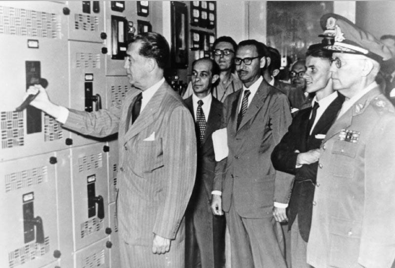 Juscelino Kubitsheck durante a inauguração da usina hidrelétrica de Itutinga. Atrás, o deputado federal Tancredo Neves e o vice-presidente da Cemig, John Reginald Cotrim. Minas Gerais, 3 de fevereiro de 1955. FGV/CPDOC. Arq. Tancredo Neves.