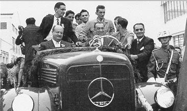 Juscelino Kubitsheck inaugura as novas instalações da fábrica de caminhões Mercedes Benz. São Bernardo do Campo (SP), 28 de setembro de 1956. Arquivo Nacional.