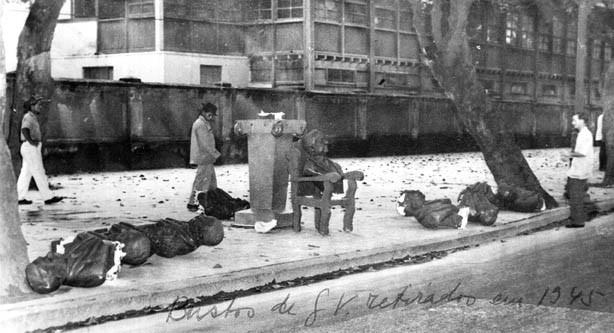 Bustos de Getúlio Vargas retirado das ruas após a queda de seu governo. Rio de Janeiro, outubro de 1945. FGV/CPDOC. Arq. Getúlio Vargas.