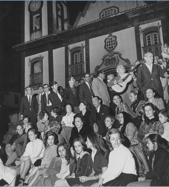 Juscelino e Sarah Kubitsheck, entre outros, participam de seresta. Diamantina (MG). 2 de outubro de 1968. Arquivo Público do Estado de São Paulo/Última Hora.