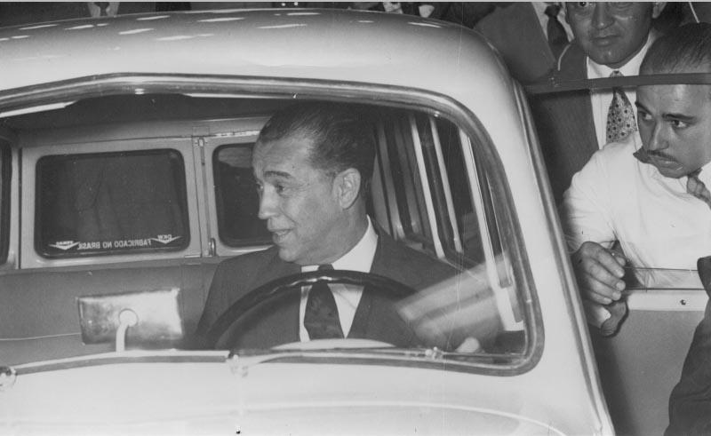 Juscelino Kubitsheck em visita à Fábrica Vemag examina o DKV. São Paulo, 1956. Arquivo Público do Estado de São Paulo/Última Hora.