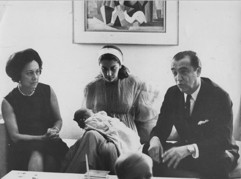 Juscelino Kubitsheck, juntamente com sua esposa Sarah, sua filha Márcia e sua neta no dia do funeral da irmã Naná. S.I., junho de 1966. Arquivo Público do Estado de São Paulo/Última Hora.