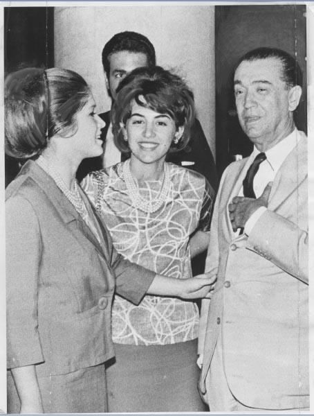 Juscelino Kubitsheck, com as filhas Márcia e Maristela, na chegada do exílio no aeroporto Santos Dumont, no Rio de Janeiro. 4 de outubro de 1965. Arquivo Público do Estado de São Paulo/Última Hora.