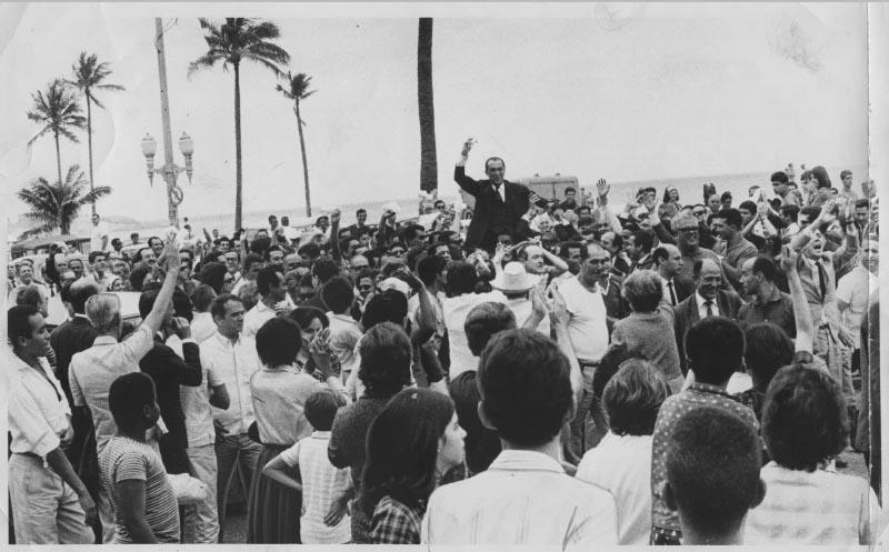 Juscelino Kubitsheck retorna da Europa. Rio de Janeiro, 4 de outubro de 1965. Arquivo Público do Estado de São Paulo/Última Hora.