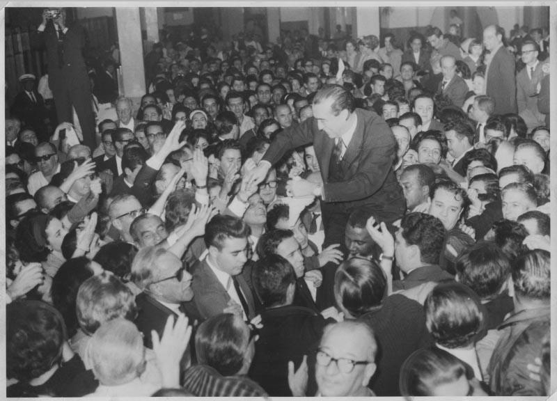 Partida de Juscelino Kubitsheck para a Europa após acassação de seu mandato. S.I., 14 de junho de 1964. Arquivo Público do Estado de São Paulo/Última Hora.