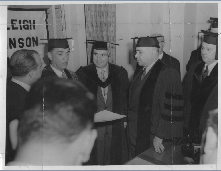 Juscelino Kubitsheck recebe o título Doctor of Laws em New Jersey (EUA). 14 de janeiro de 1956. Arquivo Público do estado de São Paulo/Última Hora.