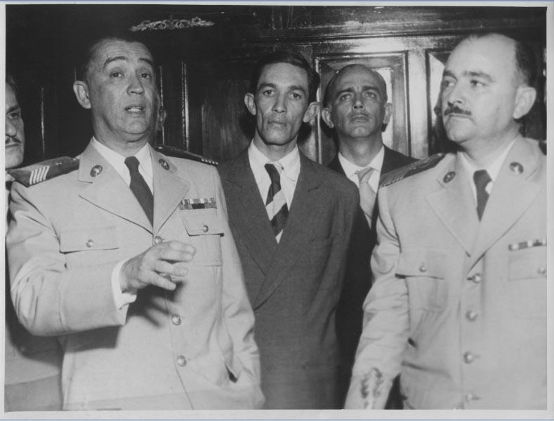 Juscelino Kubitsheck, com uniforme de tenente-coronel médico da Polícia Militar mineira, com o comandante Nélio Cerqueira e outros, após deixar o governo de Minas Gerais. S.I., entre março e abril de 1955. Arquivo Público do estado de São Paulo/Última Hora.