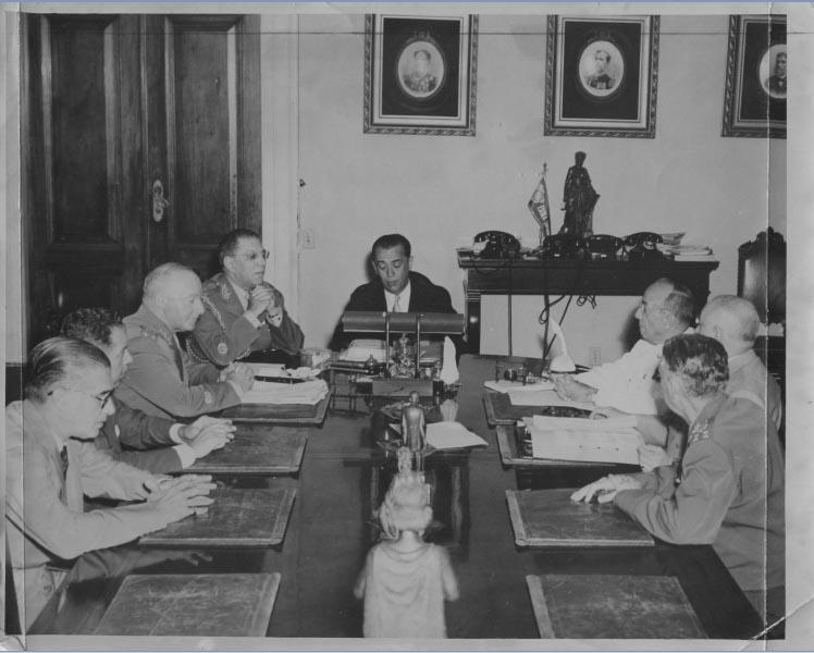 Juscelino Kubitsheck e parte de seu ministério durante discussão sobre a proprosta norte-americana de instalar bases para foguetes no Brasil. Rio de Janeiro, 21 de janeiro de 1957. Arquivo Público do Estado de São Paulo/Última Hora.