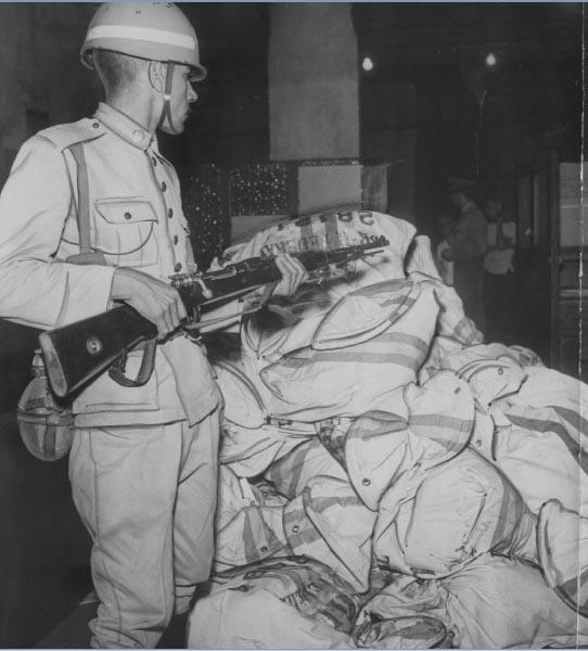 Urnas sob proteção do Exército durante as eleições presidenciais de 1960. Rio de Janeiro. Arquivo Público do Estado de São Paulo/Última Hora.