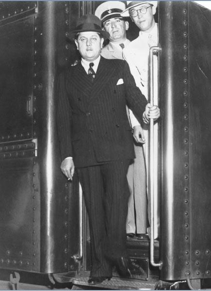 Benedito Valadares, João Câncio de Albuquerque e Juscelino Kubitsheck (de óculos). S.I., entre 1933 e 1945. FGV/CPDOC. Arq. Benedito Valadares.