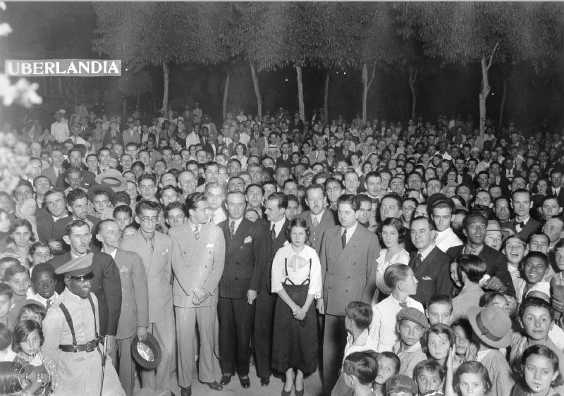 Juscelino Kubitsheck (primeira fila, à esq.), com Mario Matos, Israel Pinheiro e Benedito Valadares, entre outros, durante visita a Uberlândia(MG). Julho de 1934. FGV/CPDOC. Arq. Benedito Valadares.